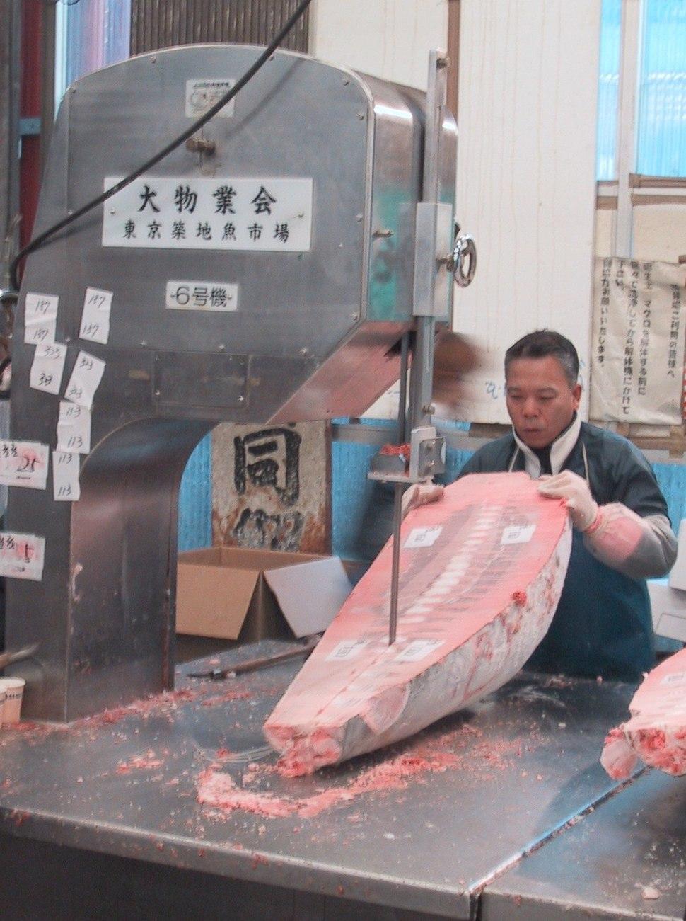 Tsukiji.CuttingFrozenTuna