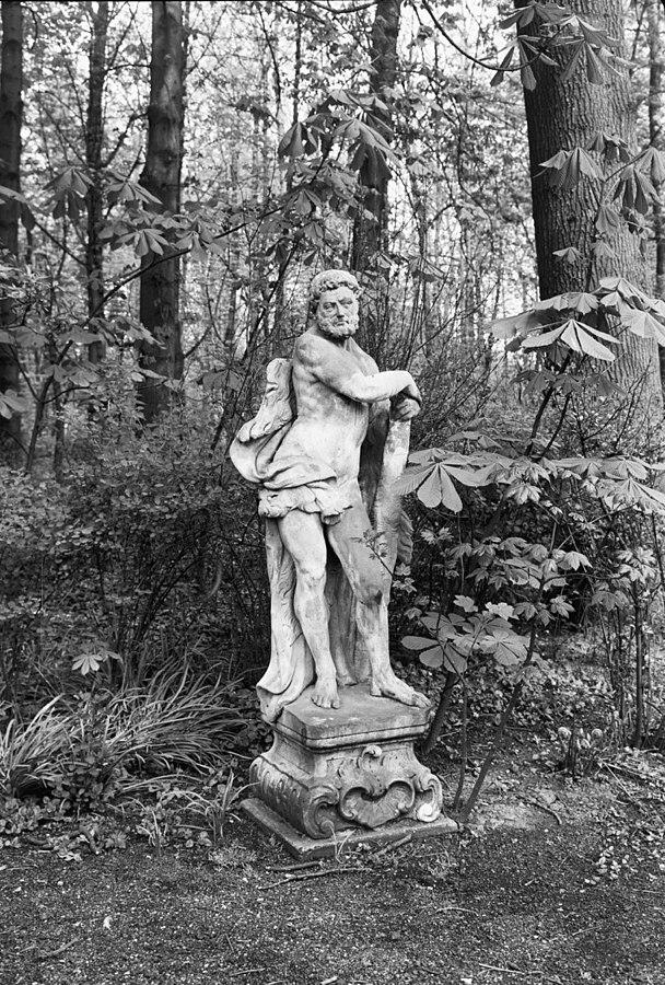 De tempel: tuinbeeld op sokkel \
