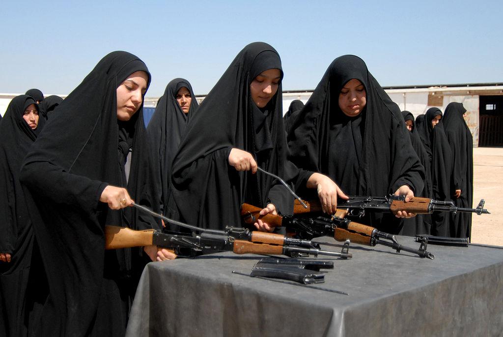 Rekrutky irácké armády se v roce 2009 učí rozborku kalašnikova.