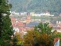 V. Heidelberg, Blick vom Schlossberg auf die Altstadt Heidelberg, die Brückentürme der Alten Brücke, den Neckar und das Neuenheimer Ufer am Fuße des Heiligenberges .JPG