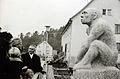 Veringenstadt Aufstellung Neandertaler-Denkmal 1956.jpg