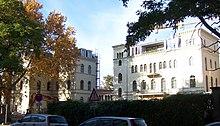 Ehemaliges Papierlager auf dem Grundstück der ehemaligen Villa Ernst Keil, Talstraße 7 /Ecke Goldschmidtstraße in Leipzig. Das Papierlager stand ursprünglich hinter der Villa Keil. (Quelle: Wikimedia)