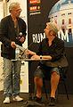 Vienna 2013-06-15 'Rund um die Burg' 377 Dirk in conversation with organizer Schubert after havin' stuffed his stuff....jpg