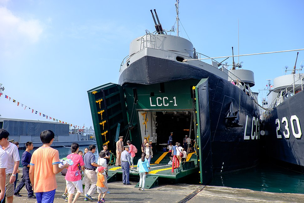 Visitors in Front of ROCN Kao Hsiung (LCC-1) 20151024