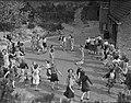 Volksdansen door meisjes, Bestanddeelnr 902-7034.jpg