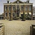 Vooraanzicht van Huize der Boede gezien door het hek van het park - Koudekerke - 20420222 - RCE.jpg