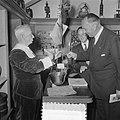 Wereldtabakscongres. Minister A.H.M. Albregts neemt een snuif, Bestanddeelnr 904-7676.jpg