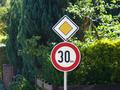 Zeichen 274 - Zulässige Höchstgeschwindigkeit und Zeichen 306 - Vorfahrtstraße, StVO 1970.png