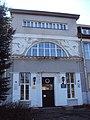 Главное здание с двумя рельефными фигурами 01.jpg