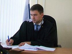 Судья Виталий Дорошенко фиксирует показания 2018.jpg