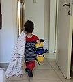 ילדה עם שמיכה ובובה.jpg