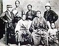 慶應3年(1867年)・於長崎所攝---木戶準一郎(前排右二)、伊藤博文(後排最右).jpg