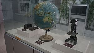 Li Siguang - Camera, globe, microscope Li Siguang used