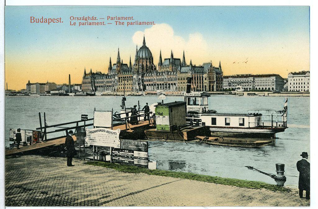 Parlement hongrois à Budapest depuis la rive opposé du Danube (à Buda donc) en 1907.