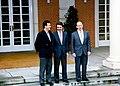 1996-05-06, José María Aznar junto a los vicepresidentes primero y segundo.jpg