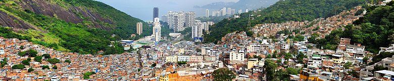 Veduta della favela Rocinha, a ridosso di Rio de Janeiro. Foto da Wikicommons