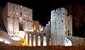 Aleppo (Halab), Abends beleuchtete Zitadelle (Qal'at Halab) (ayyubidisch von al-Aziz) (24834289018).jpg