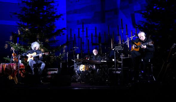 Chiesa San Matteo, Monaco di Baviera, gennaio 2014. Angelo Branduardi (a sinistra) e Maurizio Fabrizio (a destra) alle chitarre, Ellade Bandini alla batteria.