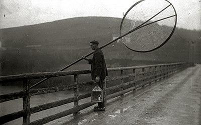 Angulero con sus aparejos por un puente (1 de 1) - Fondo Marín-Kutxa Fototeka.jpg