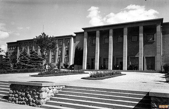 1941-1946 yılları arasında inşa edilen Ankara Üniversitesi Hukuk Fakültesi'nin altı sütunlu binası.