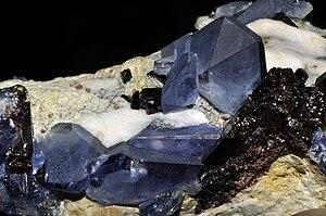 Bénitoïte, neptunite, joaquinite-(Ce), natrolite 2 (USA).jpg