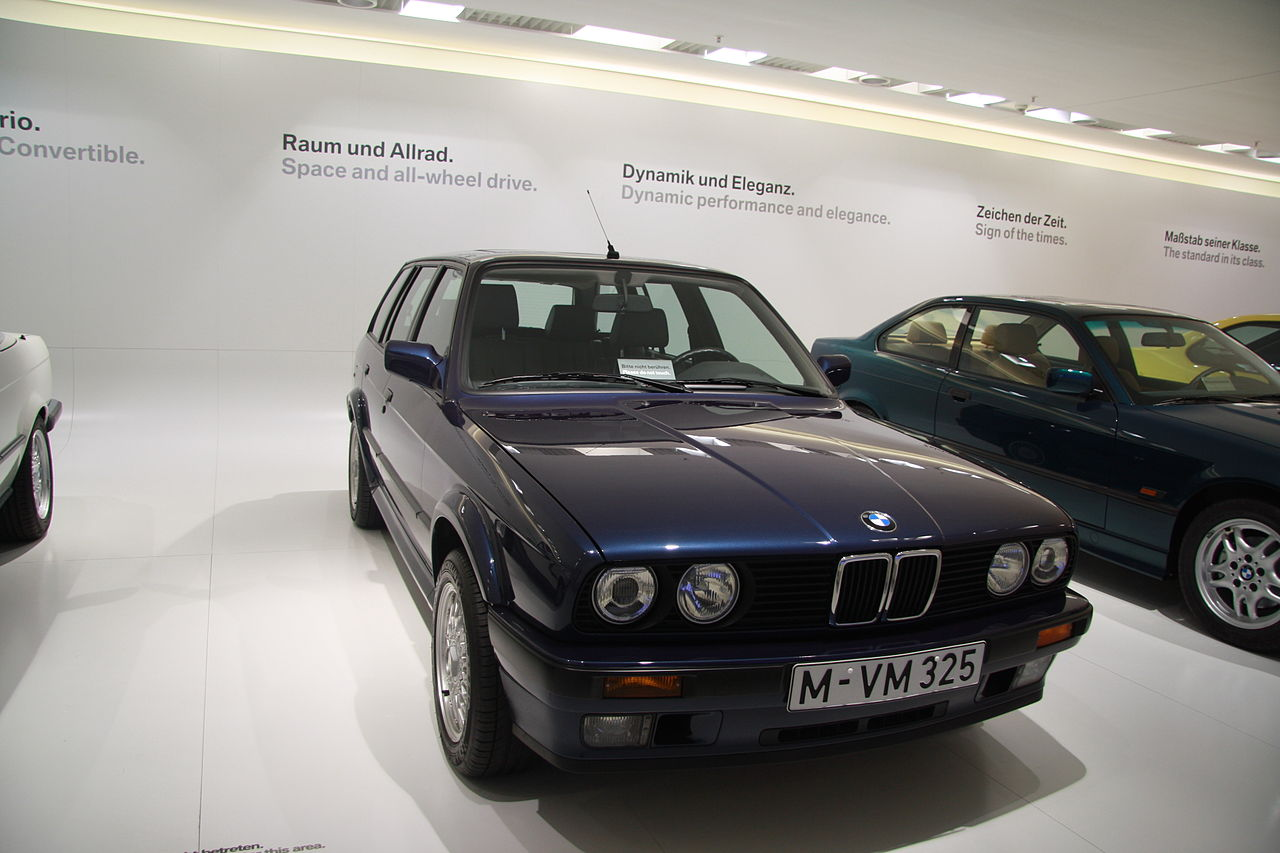 file bmw 325ix touring in bmw museum in munich bayern jpg wikimedia commons. Black Bedroom Furniture Sets. Home Design Ideas