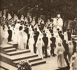 Moon presides over a mass blessing ceremony in 1982