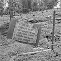 Bord bij een kampong met het opschrift Weest niet bang Djangan takoet Onze, Bestanddeelnr 255-8356.jpg