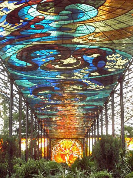 View of the interior of the Cosmovitral with the Sun Man in the background Botanischer Garten Toluca Mexiko.jpg