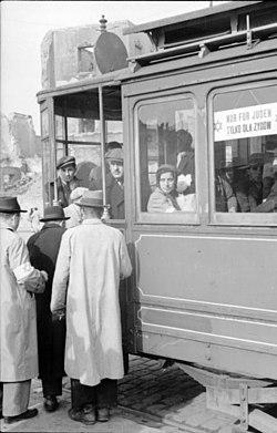 """Bundesarchiv Bild 101I-131-0596-12, Polen, Warschau, Straßenbahn """"Nur für Juden"""""""