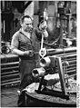 Bundesarchiv Bild 183-1986-0108-002, Harsgerode, Industriearbeiter Gießvorgang vorbereitend.jpg