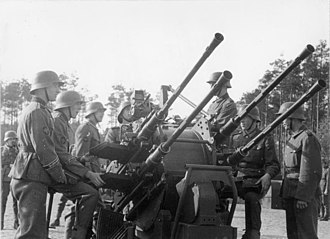 2 cm Flak 30/38/Flakvierling - Members of the Panzer-Grenadier-Division Großdeutschland train with a 2 cm Flakvierling 38 (1943)