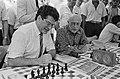 Burgemeester Van Thijn (l) en oud-burgemeester Samkalden achter het schaakbord, Bestanddeelnr 932-6451.jpg