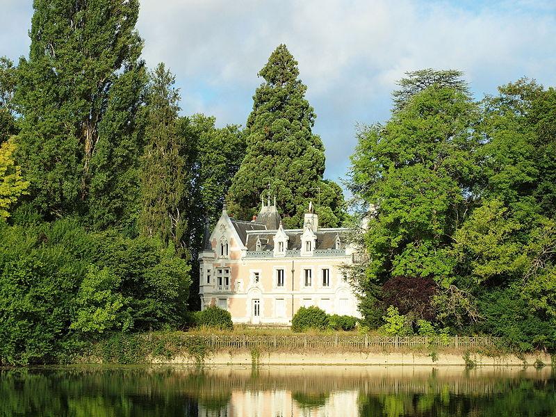 Château de Belle-Rive à Cézy (Yonne, France), vu de la rive droite de l'Yonne.