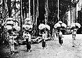COLLECTIE TROPENMUSEUM Balinese vrouwen met aardewerk potten op het hoofd op weg naar de markt TMnr 10005081.jpg