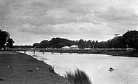 COLLECTIE TROPENMUSEUM Brug over de Atjeh rivier. TMnr 60008380.jpg