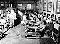 COLLECTIE TROPENMUSEUM Controleren op onzuiverheden van crêpe in de Batafabriek te Kali Bata TMnr 10012857.jpg