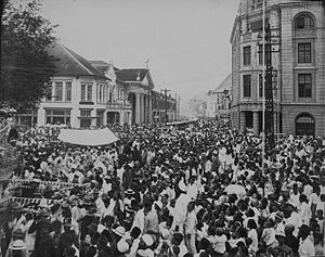 Tjong A Fie - The crowd around Kesawan street during funeral procession of the deceased Major Tjong A Fie on February 4, 1921