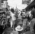 COLLECTIE TROPENMUSEUM De verkoop van kunstbloemen op de markt te Bandung West-Java TMnr 10002534.jpg