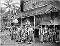 COLLECTIE TROPENMUSEUM Groepsportret Batakkers uit kampong Lau Mergap voor een woning. TMnr 60001781.jpg