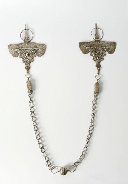 COLLECTIE TROPENMUSEUM Paar zilveren kledingspelden met ketting TMnr 5504-10