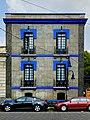 Casa gris con azul.jpg