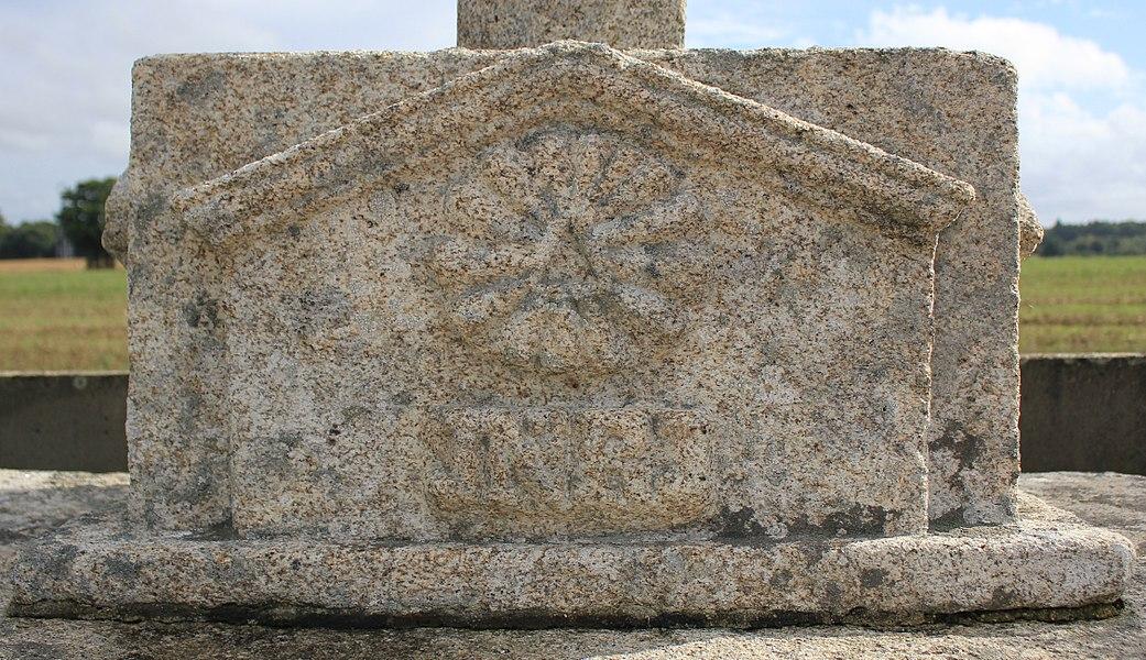 Croix de cimetière (Quily): détail socle