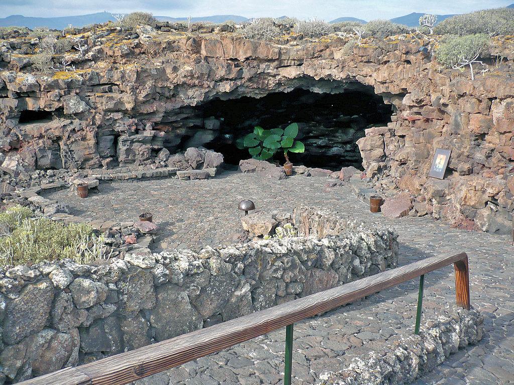 Entrada a la Cueva de Los Verdes
