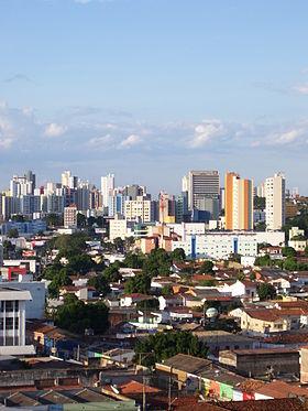 Aspecto da área central da cidade, parte do centro histórico (abaixo) e os bairros residenciais.