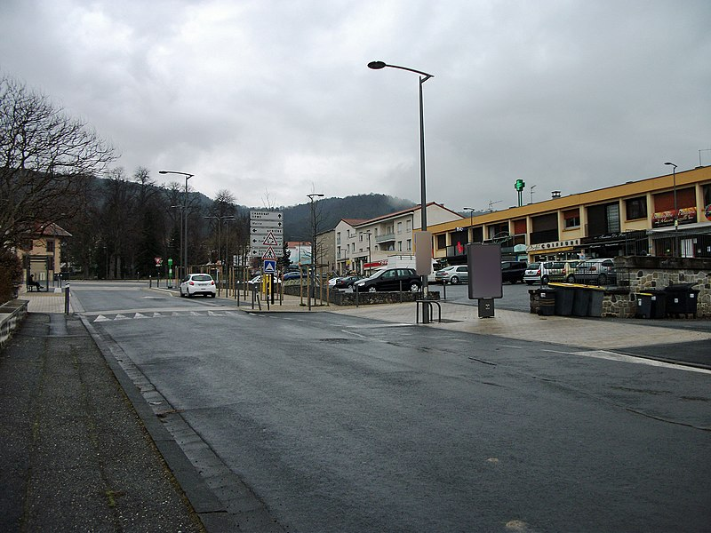 Departmental road 3 in Romagnat towards Opme; right, the small mall