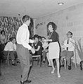 Dansende gasten tijdens een feestje in huiselijke kring, Bestanddeelnr 255-4327.jpg