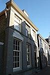 foto van Huis met houten topgevel aan de achterkant en gepleisterde lijstgevel aan de straat