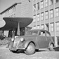 De heer de Visser in zijn Simca 8 voor het KLM hoofdgebouw in Den Haag, Bestanddeelnr 255-8954.jpg