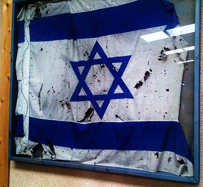 Podniszczona flaga Izraela, która powiewała przy Linii Bar Leva